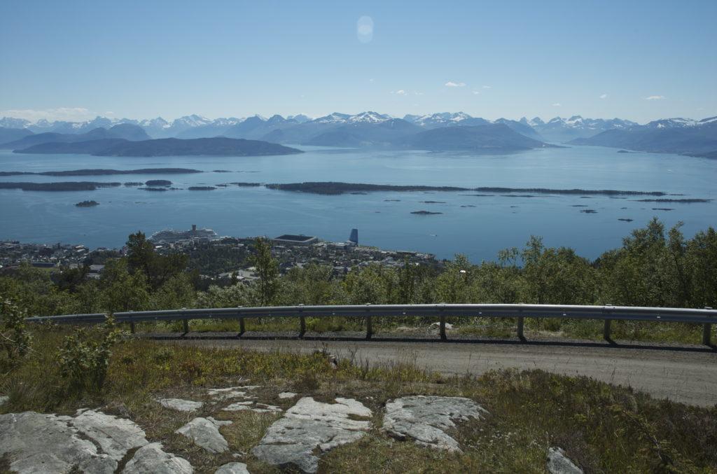 Utsikt over Molde, fjord og fjell sett fra Varden